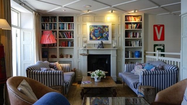 4 enkle ting du kan gøre for at gøre din stue mere spændende og øge ...