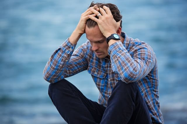 forvirret, stresset